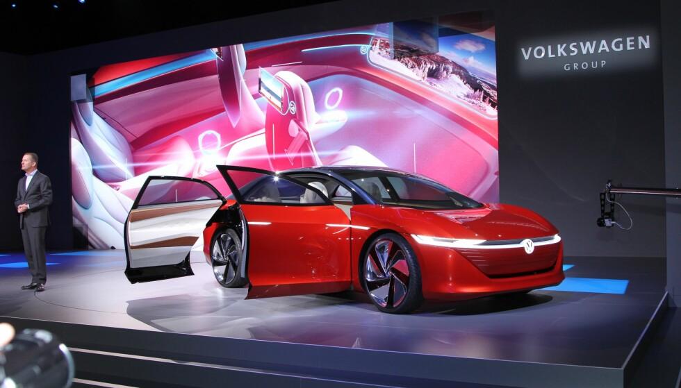 SATSER TUNGT: VW-sjef Herbert Dies lover en million elbiler i året fra VW-konsernet innen 2025. Den nye luksusbilen, som i dag går under navnet ID Vizzion, skal bidra til dette når den kommer i 2022. Foto: Rune Korsvoll