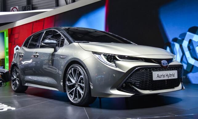 TREDJE GENERASJON: Nye Toyota Auris har fått en mer tidsriktig og dynamisk design, med en oppdatert versjon av keen look/under priority-fronten som er en del av merkets visuelle identitet. Bilen har nå fått full LED hoved- og kjørelys. Foto: Jamieson Pothecary