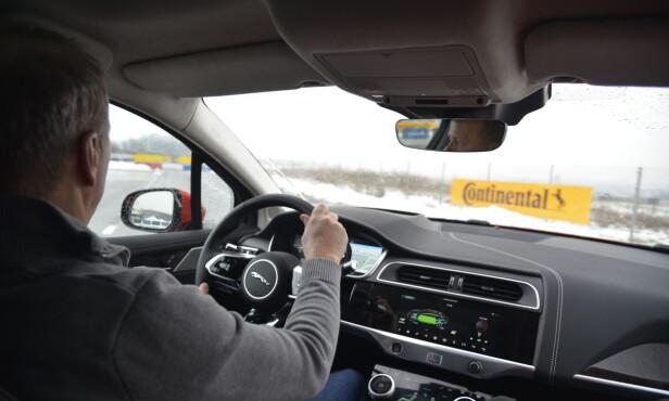 NOE MODERERT: Førermiljøet er godt, selv om det er moderert noe fra konseptbilen. Foto: Jamieson Pothecary