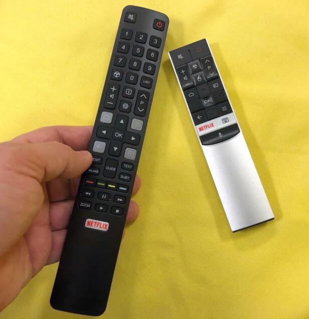 """TO KONTROLLER: En klassisk fjernkontroll med mange knapper, og en minimalistisk. Sistnevnte har innebygd mikrofon, slik at du kan gi stemmeinstrukser til Android TV (på norsk), for eksempel """"Vis filmer av Sylvester Stallone"""". Den har også en trådløs mus-funksjon, som gjør det mulig å peke på skjermen og trykke, men den er ikke fullt så presis som den LG har i sine TV-er. Foto: Bjørn Eirik Loftås"""