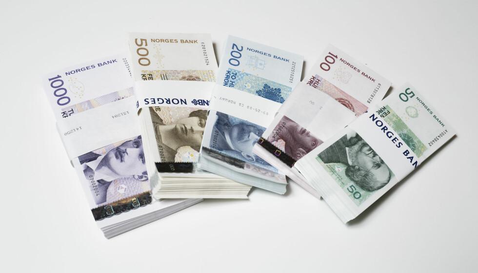 BYTTES UT: Samtlige av sedlene på bildet skal skiftes ut, og først ut er hundre- og tohundrelappen, som begge slutter å være gydlige betalingsmidler i vår. Foto: Norges Bank/Nils S. Aasheim
