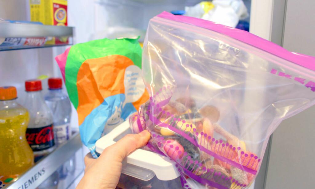 KAST POSEN! Kast papirposen, og hell godteriet over på en lufttett pose eller boks. Hold temperaturen jevnt kjølig, og vil du unngå at ulikt godteri tar smak av annet godteri, så bør du separere de ulike typene i hver sin beholder. Og ja, du kan godt ha det i kjøleskapet - det gjelder bare å holde temperaturen jevn! Foto: KRISTIN SØRDAL