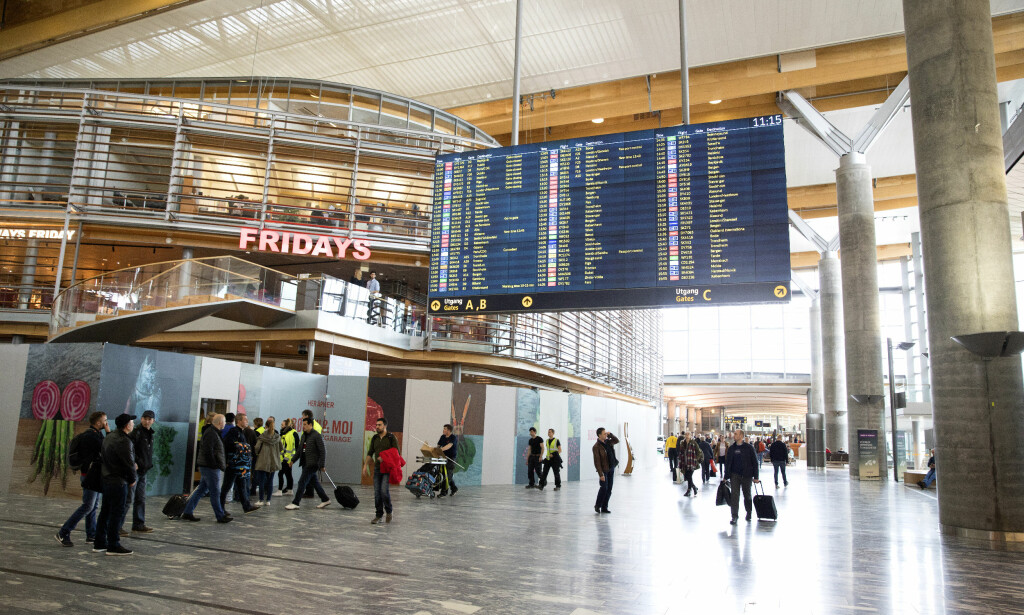 MANGE REISENDE: Enkelte dager i påska vil det bli hektisk på Oslo lufthavn, på grunn av mange reisende. Foto: NTB Scanpix