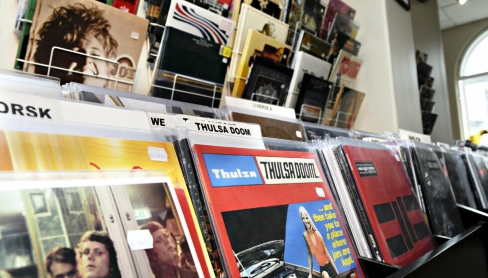 TREND: Dagens ungdom digger foreldregenerasjonens musikkmedium nummer 1: Vinylen. Her fra butikken Big Dipper i Oslo. Foto: NTB Scanpix