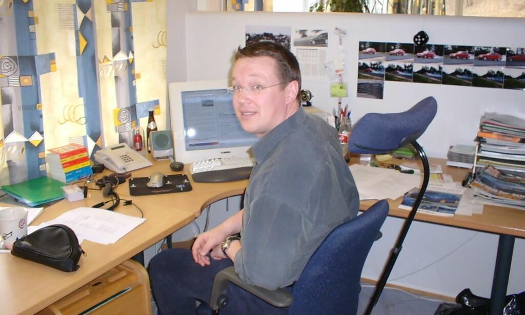 PÅ JOBB: Biljournalist Stian Gihle, på plass foran PC-en og ISDN-telefonen, i Dinsides lokaler den gang vi holdt til i Nydalen. Foto: Bjørn Eirik Loftås