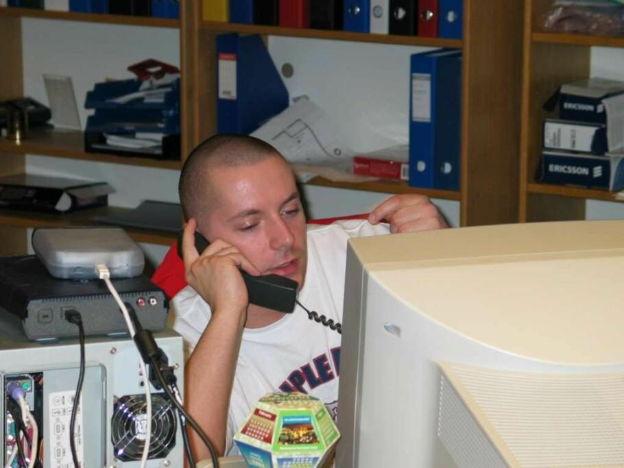 DEN GANG DA: Dinsides testjournalist Thomas Marynowski sitter i telefonen, omkranset av tidsriktige duppeditter for snart 20 år siden. Foto: Bjørn Eirik Loftås