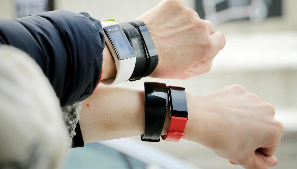 MER AVANSERTE: Vanlige aktivitetsarmbånd får stadig mer funksjonalitet. I tillegg til å måle skritt og registrere søvn, kan de fleste nå måle pulsen din. Foto: Ole Petter Baugerød Stokke