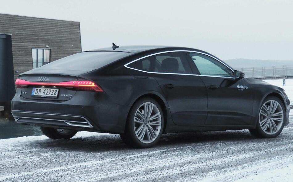 STOR TREND: Coupelinjer på firedørsbiler blir stadig mer attraktivt. Audi har gått veldig langt for å gjøre A7 så ren og linjelekker som mulig. Den har gått fra småvulgær og bøllete til elegant - og kanskje kjedelig. Foto: Rune M. Nesheim