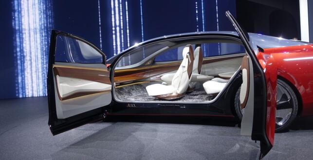 FØRERLØST: Volksagen tør å vise fremtiden på en halvveis troverdig måte med sin Vizzion. Som i mange andre konsepter, blir interiøret langt mer stuepreget. Foto: Rune M. Nesheim