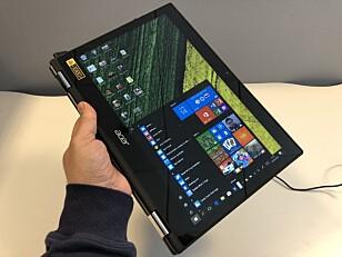 HÅNDHOLDT: Vri skjermen helt rundt, og bruk PC-en som et nettbrett. Foto: Bjørn E Loftås