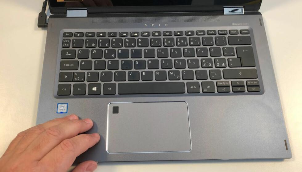 GODT TASTATUR: Tastaturet inviterer til lange skriveøkter. Den svarte firkanten i pekeplaten er fingeravtrykkleseren. Foto: Bjørn E Loftås