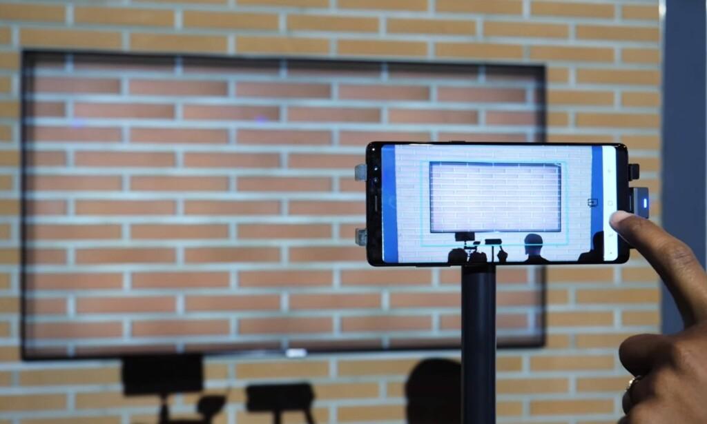 TV-EN BLIR EN KAMELEON: Ta et bilde av veggen med mobilen og send det til TV-en. Deretter vil TV-en gjøre alt den kan for å skjule seg selv. Foto: Digital Trends