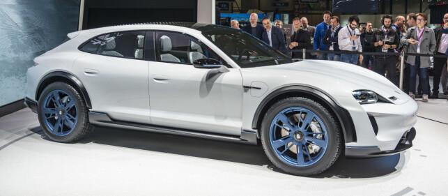 TRAFF BLINK: Porsche har mikset flere suksessfaktorer her. Vi ser litt av den herlige Mission E, den lekre Rumpa til Panamera Sport Turismo og Crossover-atributter med dertil høy sittestilling og bakkeklaring som alle liker om dagen. En høyaktuell bil i Norge. Foto: Jamieson Pothecary