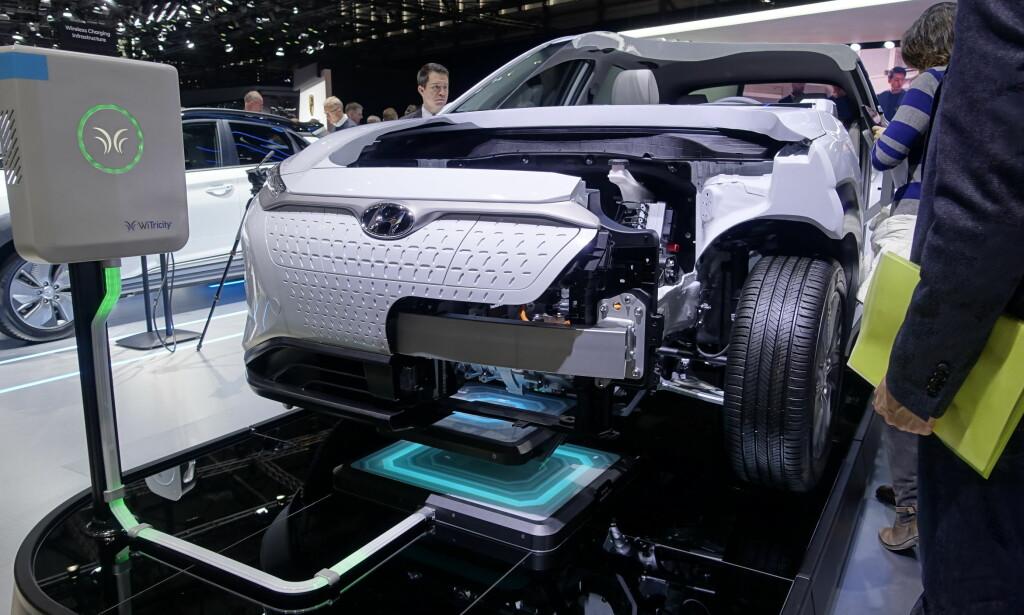 HYUNDAI KONA ELECTRIC: Både en helt ferdig og en gjennomskåret bil var på plass for å vise hvordan Kona Electric er oppbygget. På sikt satser man også på induktiv lading. Foto: Rune M. Nesheim