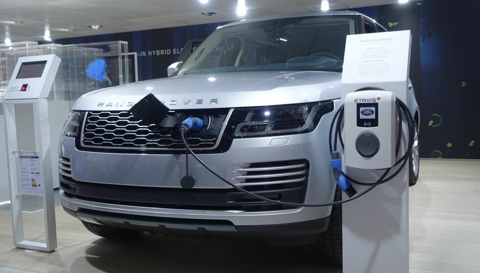 FIRE SYLINDRE: Flere vil ha råd til en svær Range Rover når de kommer i hybridversjon. Foto: Rune M. Nesheim