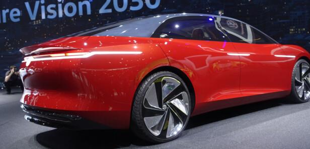 STOR: Den elektriske serien til VW har helt særegen design uten noen linker til ordinære VW. Som andre elektriske konsepter er den svær. Over fem meter lang. Foto: Rune M. Nesheim