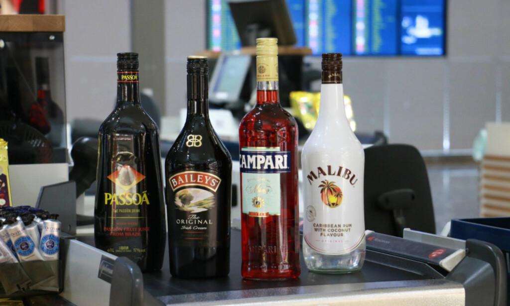 HØY ALKOHOLPROSENT? I Norge inneholder alle disse likørene 22 prosent alkohol eller mindre, men slik er det ikke nødvendigvis i alle andre land. Sjekk derfor alkoholprosenten på flaska i landet du oppholder deg i, før du fyller kofferten. Foto: Hanna Sikkeland