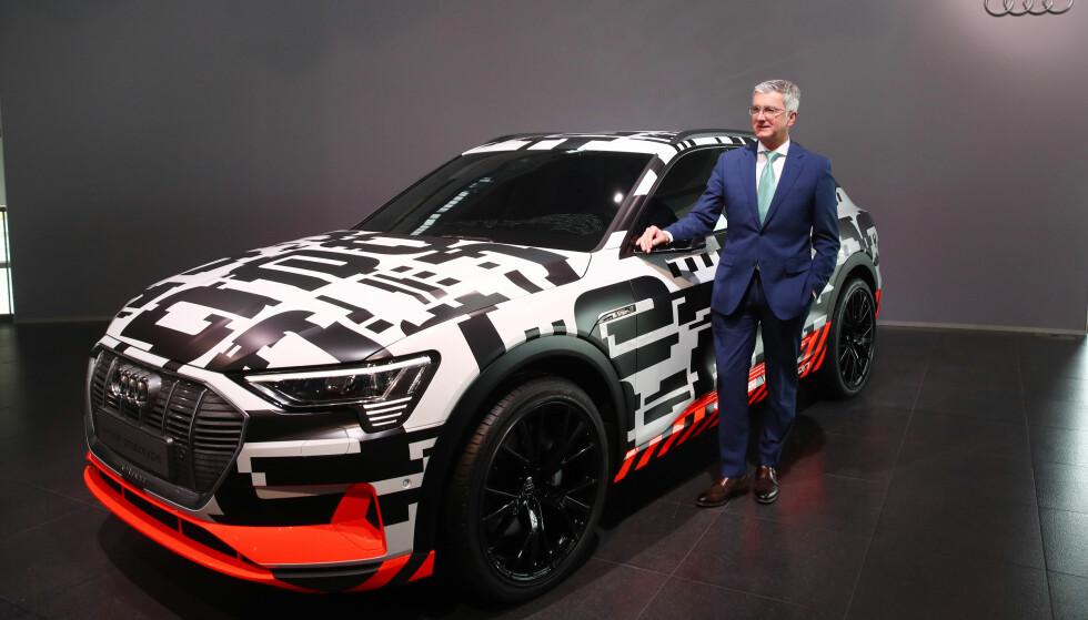 PRODUKSJONSBILEN: Toppsjef i Audi, Rupert Stadler poserer her ved siden av en fortsatt kamuflasjelakkert e-tron quattro car rett før den årlige pressekonferansen i dag, 15. mars 2018. Foto: REUTERS/Michael Dalder