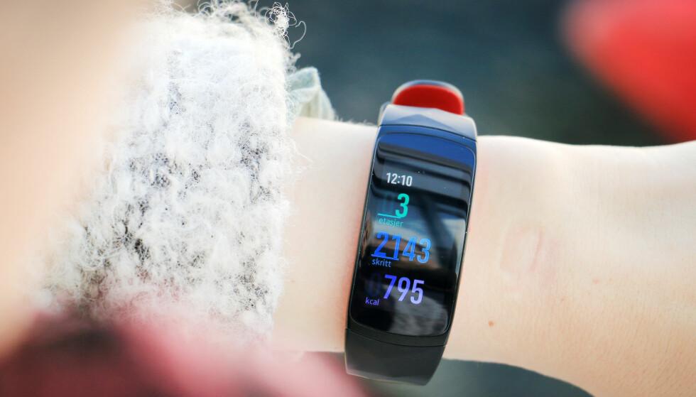 SPREK: Om du blir sprek av å bruke Samsungs aktivitetsarmbånd er ikke sikkert, men den ser i hvert fall tøff ut, om enn litt stor på våre små håndledd. Foto: Ole Petter Baugerød Stokke