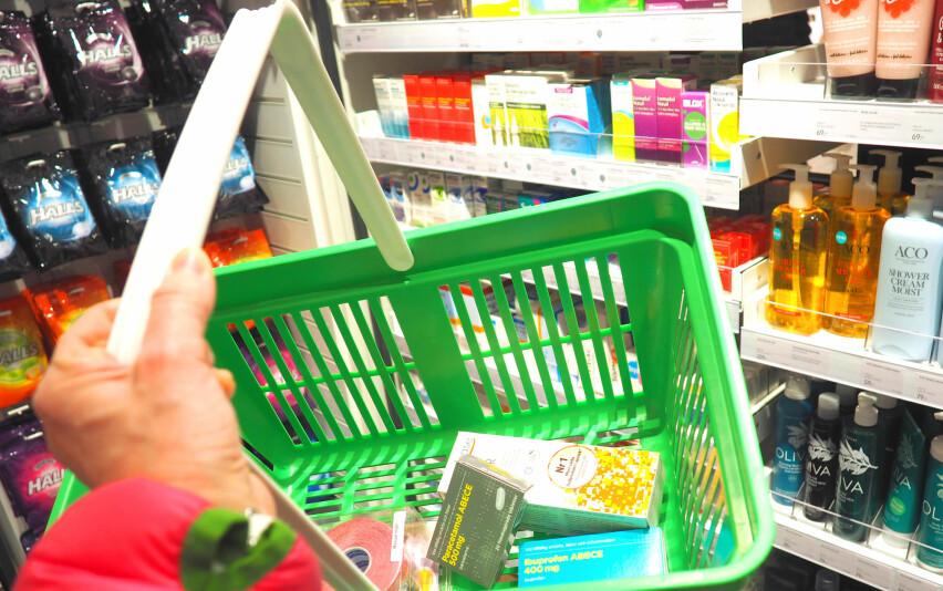 MYE BILLIGERE: Vi har sjekket priser på 20 reseptfrie legemidler og andre apotekvarer i Sverige og i Norge. Fire produkter er billigst i Norge - ellers er alt billigere hos Söta Bror, og enkelte varer er opptil 160 prosent dyrere i Norge. Foto: Kristin Sørdal
