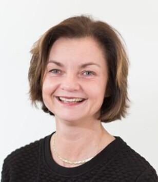 LOVER BEDRING: Fagdirektør Hilde Holt i Pasientreiser sier de jobber med å få på plass billigere løsninger. Foto: Pasientreiser