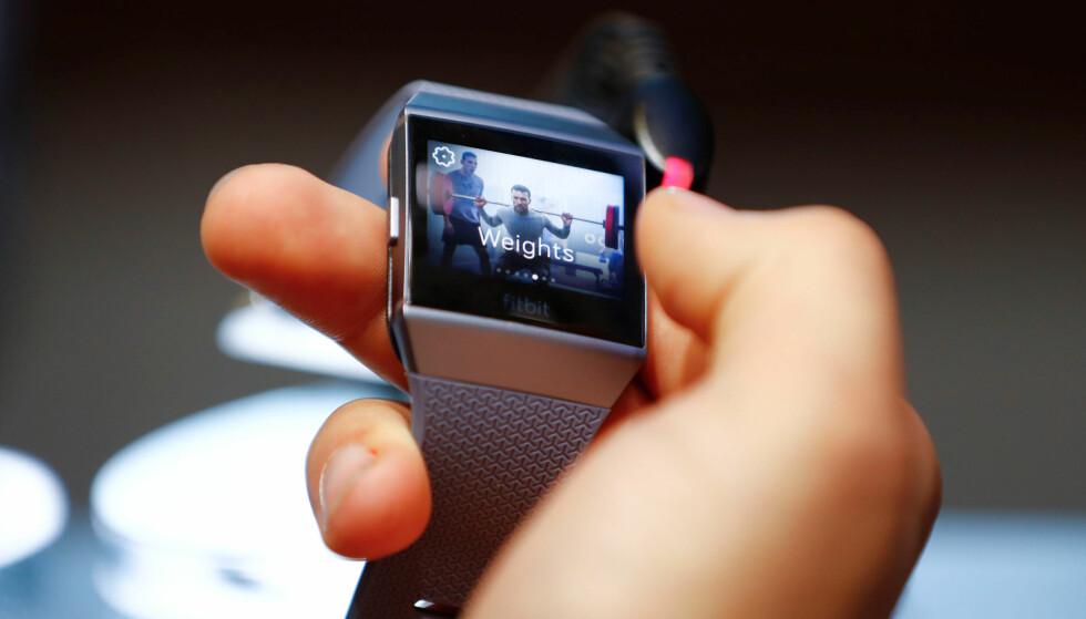 BLITT PENERE: Her er Fitbits forrige smartklokke, Ionic. Nye Versa er definitivt et steg opp hva gjelder design. Foto: NTB Scanpix/Reuters/Fabrizio Bensch