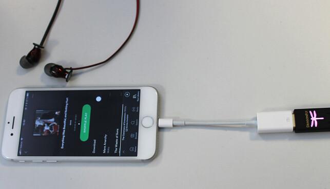 FIRE LEDD: Først mobil, så overgangsledning, deretter DAC og til slutt hodetelefon. Litt kronglete, men tar ikke opp mye ekstra plass i sekken. (Foto: Tore Neset)
