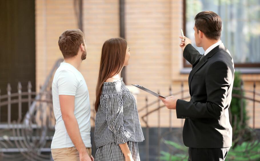 <strong>LES TILSTANDSRAPPORTEN:</strong> Garantien til nytt bolighandelsprodukt dekker kun forhold som ikke er beskrevet i tilstandsrapporten. Til gjengjeld rettes det opp i feil og mangler du oppdager etter overtakelse opp til fem år etter boligkjøpet. Foto: Shutterstock/NTB Scanpix.