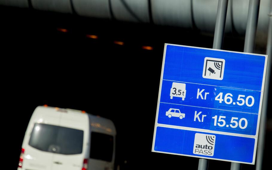 ENKLERE AUTOPASS: Ny løsning vil blant annet gjøre det enklere å holde oversikt over bompasseringer, fakturaer og å flytte Autopass-brikken til et nytt kjøretøy. Foto: Vegard Wivestad Grøtt / NTB scanpix
