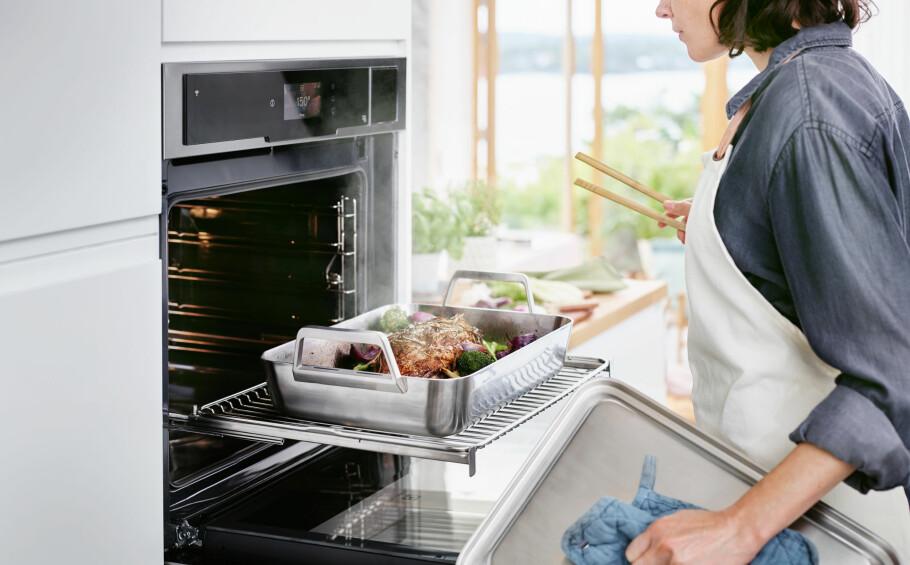 FØLGER MED: Ved hjelp av kamera, nett og siste skrik innen steketermometer gir Electrolux-ovnen deg beskjed om hvordan det går med matlagingen. Den kan også vise fram den halvferdige steiken til gjestene før de kommer. Foto: Electrolux