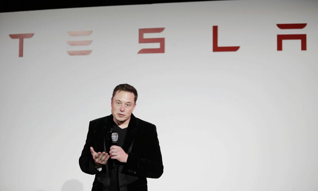 SJEF SOM GJØR FOR MYE: Ifølge analytikere, burde ikke Elon Musk bestemme over produksjonsprosessene. Foto: AP Photo/Marcio Jose Sanchez