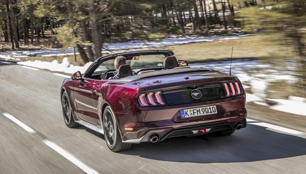 KLASSISK STIL: Baklyktene er helt riktig utførte nytolkninger på denne generasjonen. Her forteller de to enderørene at det er 2,3-liters EcoBoost som kjøres - GT V8 får fire. Foto: Ford