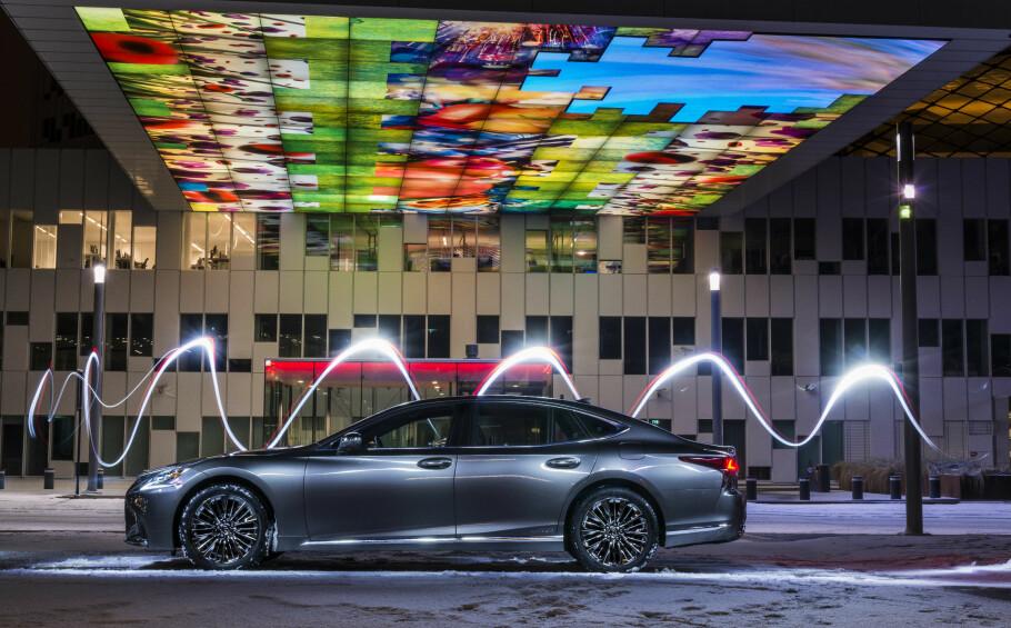 LUKSURIØS LEXUS: LS 500h er en bil for direktører og kongelige. Punktum. Foto: Jamieson Pothecary