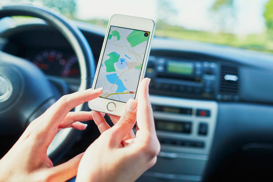 NÅ SKJERPER SVERIGE MOBILREGLENE: Som siste land i Europa innfører Sverige nå forbud mot å bruke håndholdt mobiltelefon mens du kjører bil. Bryter du loven kan det koste deg 1.500 svenske kroner. Foto: Shutterstock/NTB scanpix