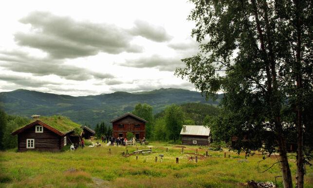 """FLÅ 20010801: Forhåndsstoff på Realityserien """"Farmen"""" som skal gå i TV2. Opptakene gjøres på Rime gård i Flå i Hallingdal. Her eksteriør av gården. Foto: Heiko Junge / SCANPIX"""