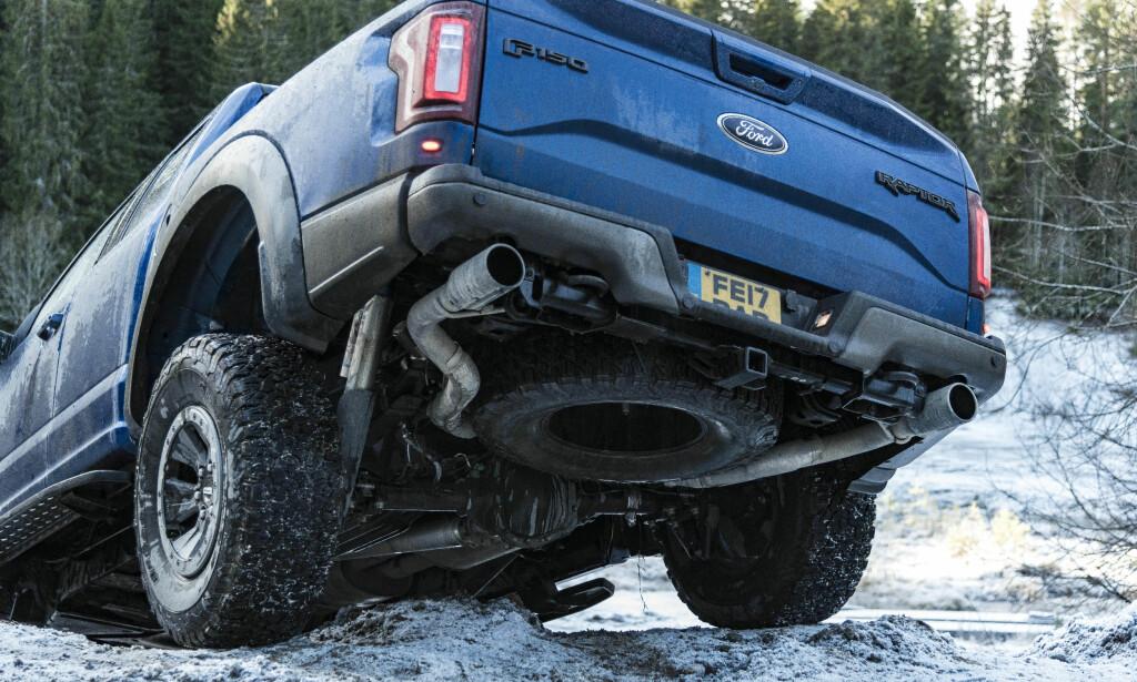 LANG FJÆRINGSVEI: Det skal mye til før du får hjulløft på grunn av strekklengden på en Raptor. Foto: Jamieson Pothecary