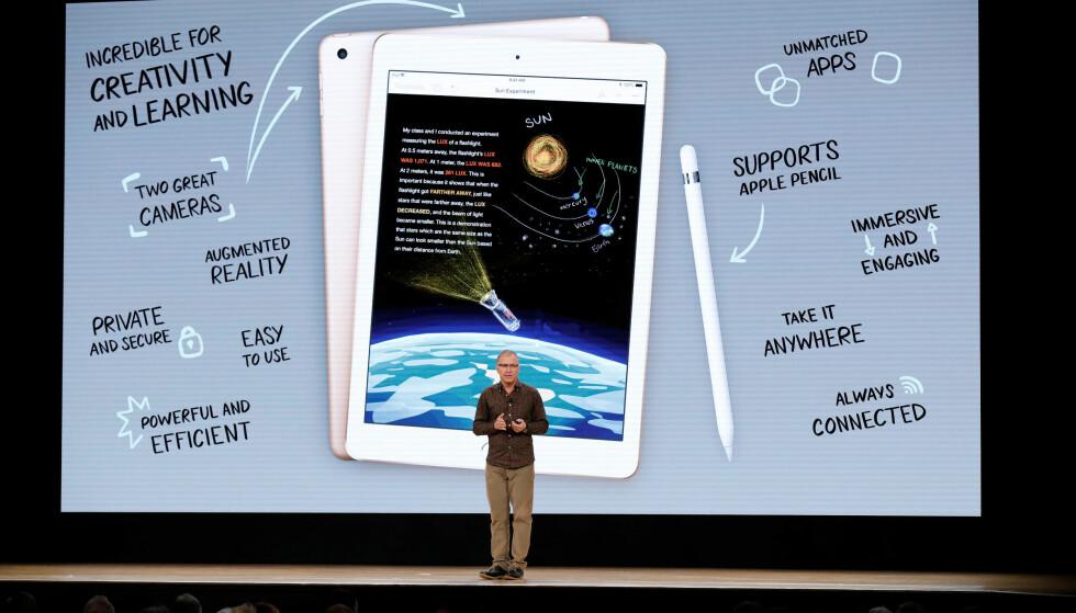 VISTE FREM NY IPAD: Apples Greg Joswiak viste frem en ny iPad myntet på utdanningsmarkedet på en videregående skole i Chicago tirsdag kveld norsk tid. Foto: John Gress/Reuters/NTB Scanpix