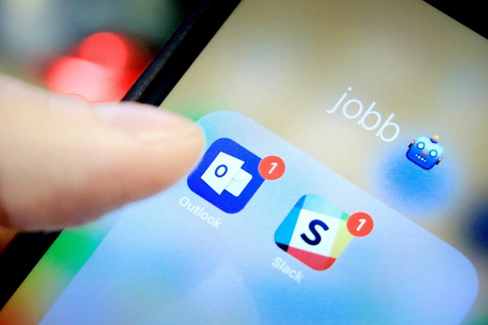 PRIVAT OG JOBB: Jobbverktøy som e-post og Slack skal naturlig nok brukes til jobb. Men de fleste vil også kunne prate privat med kolleger, uten at sjefen skal lese alt man skriver. Heldigvis skal det mye til for at arbeidsgiver får innsyn, men de har muligheten. Foto: Ole Petter Baugerød Stokke