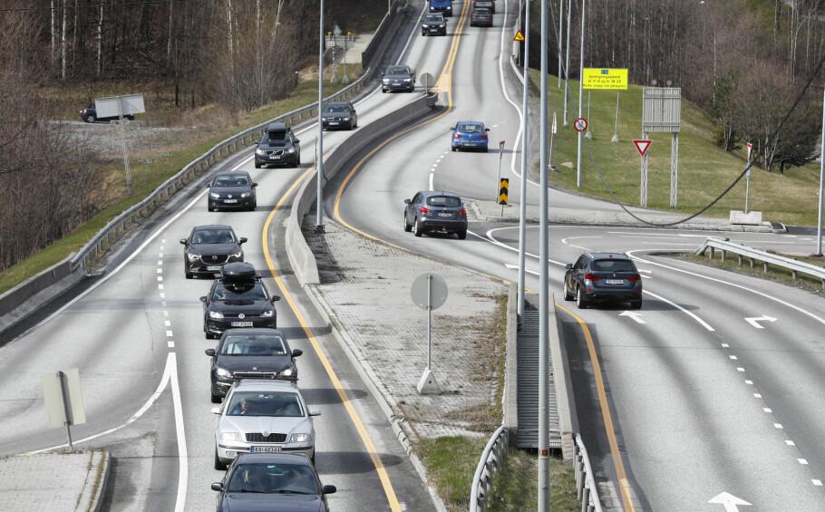 SLIPPER BILLIG UNNA: Hvis regjeringens forslag til statsbudsjett går gjennom, er det bare mindre grupper bilister som kommer til å merke noen forskjell. Foto: Terje Pedersen / NTB scanpix