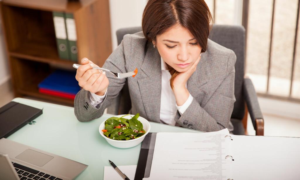 TA PAUSE: Uansett hvor mye sjefen maser og hvor mange arbeidsoppgaver du har, gir loven deg rett på pause hvis du jobber mer enn fem og en halv time, og pausens lengde avhengiger av din totale arbeidstid. Dermed trenger du ikke å spise lunsj ved pulten, men kan ta den med deg ut i solen. Foto: Shutterstock/NTB Scanpix.