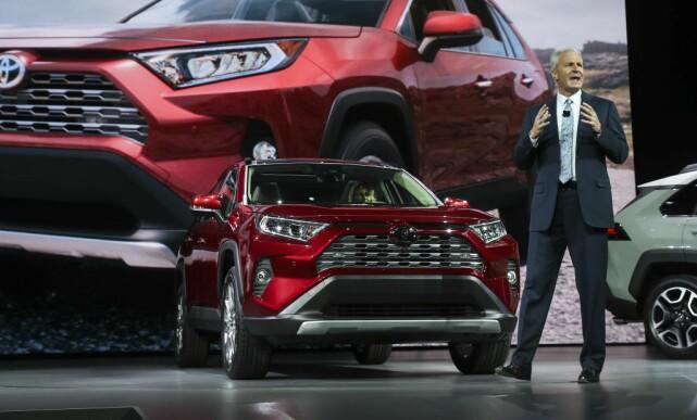 VIST FREM: Visepresident og daglig leder Jack Hollis i Toyota Motor Nord-Amerika viser fram den femte generasjonen Rav4 under bilutstillingen i New York, 28. mars. Foto: AFP