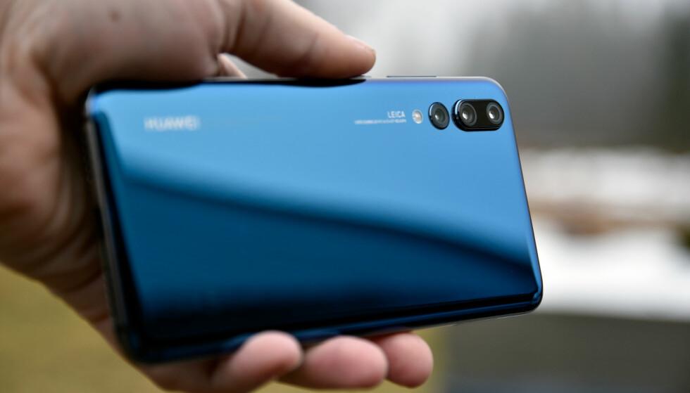 TRE OBJEKTIVER: Huawei var tidlig ute med to, og er nå først ute med tre objektiver på baksiden av P20 Pro. Foto: Pål Joakim Pollen