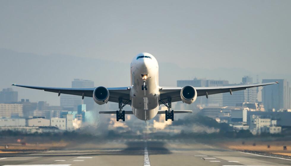 FLYPASSASJERAVGIFTEN: Flere av Høyres fylkeslag vil fjerne flypassasjeravgiften. De er mest kritiske til at avgiften favoriserer lønnsomhet for større fly på lengre strekninger, på bekostning av lønnsomheten til kommersielle ruter med mindre fly og kortere reisestrekninger. Foto: Shutterstock/NTB scanpix