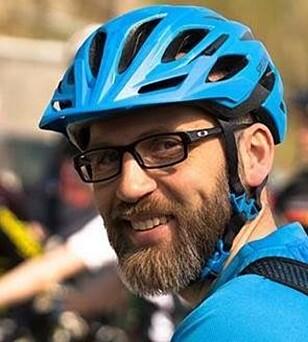 <strong>MEKKE-GURU:</strong> Rasmus Leiro har lang erfaring med å fikse sykler. Han har også skrevet bok om det. Foto: Privat