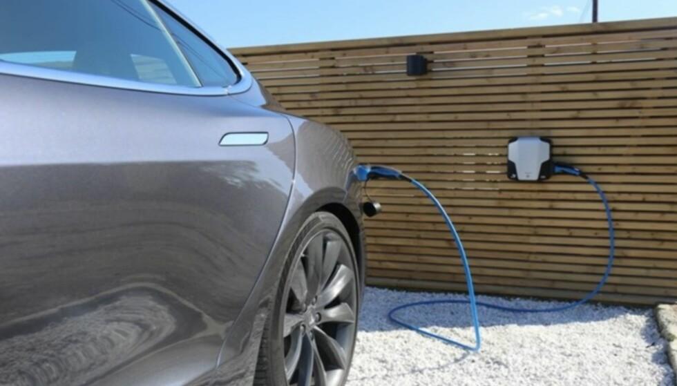 ELBIL-LADING: Ladestasjon for elbil merkes knapt på strømregningen i dag. Men dette kan endre seg med effektprising. Foto: Kvassheim Elektro AS