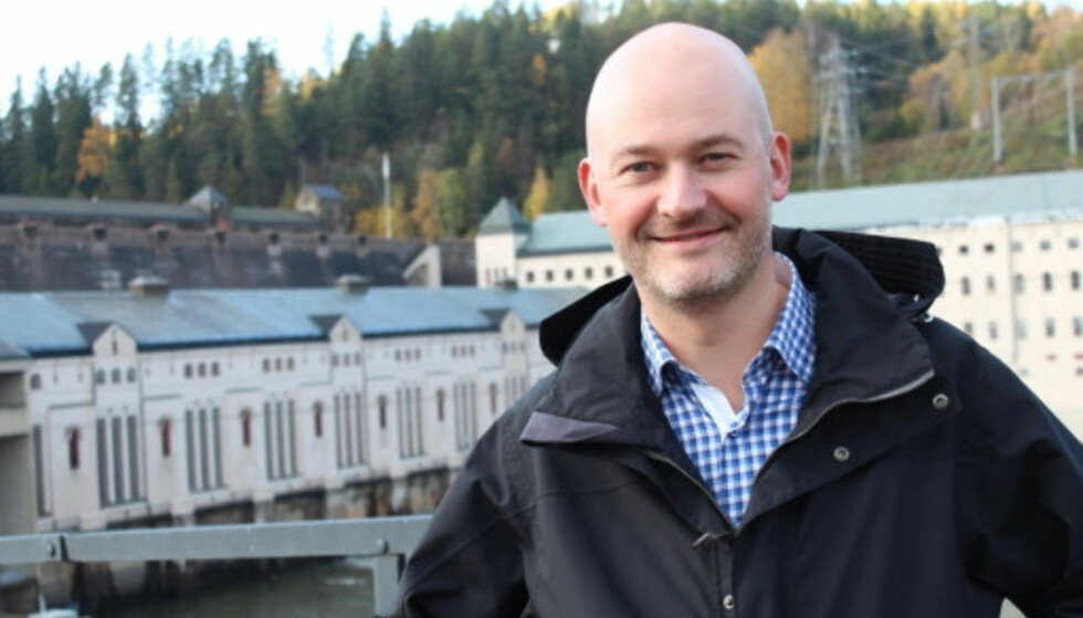 ULIKT FORBRUK: Aslak Øverås i Energi Norge bruker lyspære og tørketrommel som to ytterpunkter. Foto: Christel Nordhagen