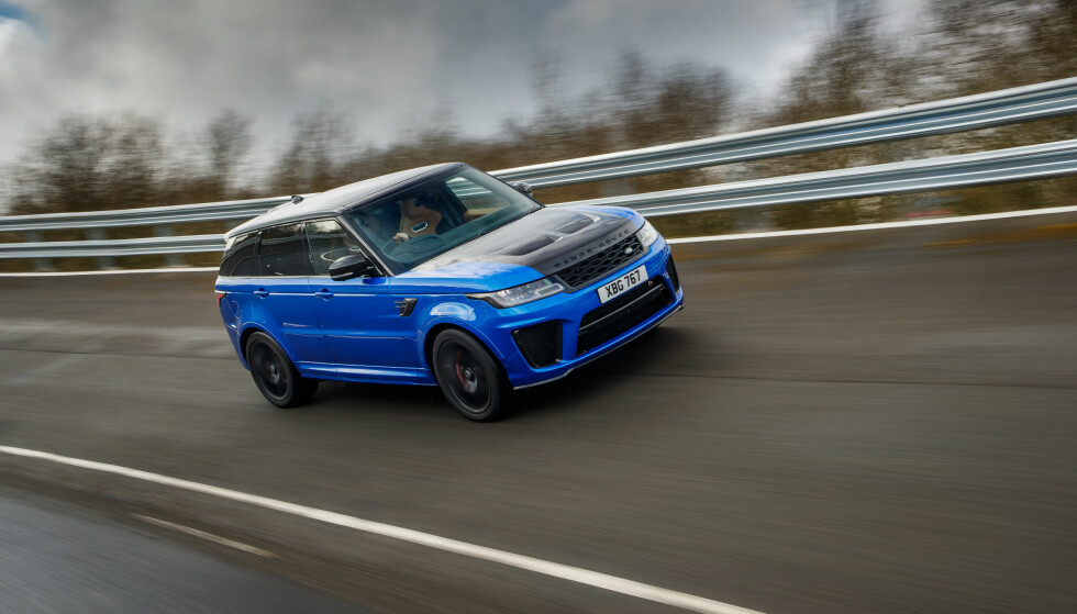 PÅ TESTBANE: Vi fikk prøve det råeste fra Range Rover noensinne på Jaguar Land Rover-testanlegget i England. Det sparker fra, det skal være visst - og for en lyd! Men takler den det beste fra Porsche eller BMW? Foto: Land Rover