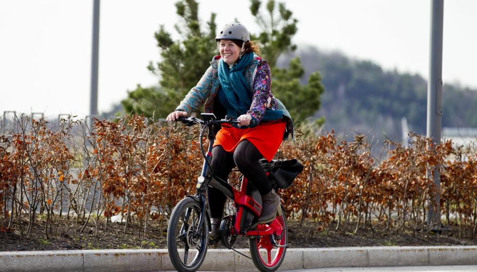 BÅDE OG: Elbilforeningens ellsykkelansvarlige Hulda Tronstad bruker både elsykkel og vanlig sykkel til daglig. I tillegg bruker hun sammenleggbar sykkel. Foto: Vegard Grøtt/NTB scanpix