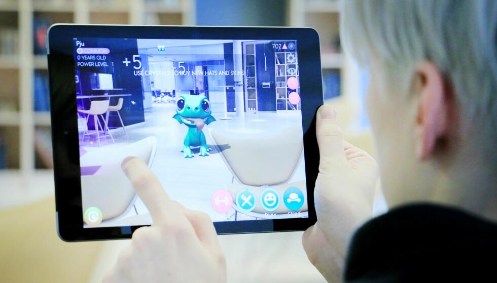 GØY MED AR: Den nye A10-prosessoren gjør at man kan kjøre AR-apper på iPad. Her leker vi oss med AR Dragon, en slags Tamagotchi-variant hvor du skal mate, leke og trene en drage. Foto: Ole Petter Baugerød Stokke