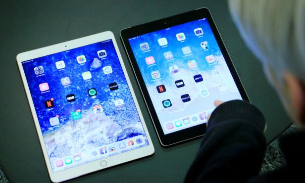 """SMALERE KANT: 10,5"""" iPad Pro (til venstre) har også smalere kant rundt skjermen, slik at den oppleves som litt mer moderne enn 9,7"""" iPad (til høyre). Foto: Ole Petter Baugerød Stokke"""
